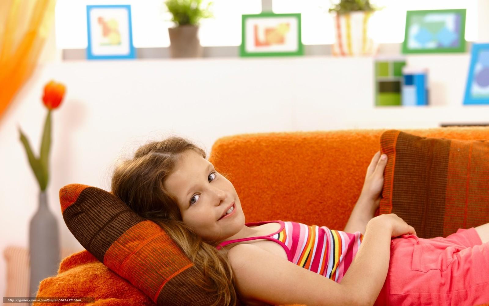 Фото девочка на диване 8 фотография