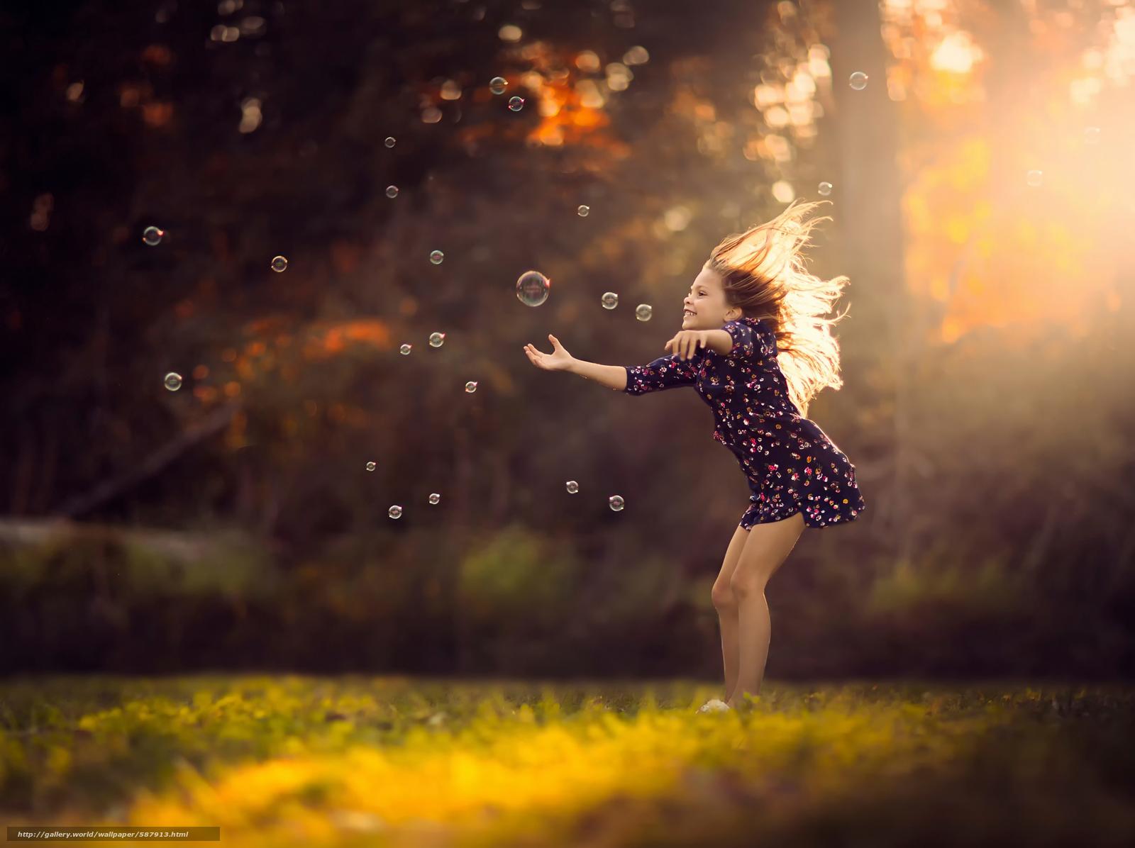 Скачать обои девочка,  платье,  солнечный свет,  мыльные пузыри бесплатно для рабочего стола в разрешении 2048x1531 — картинка №587913