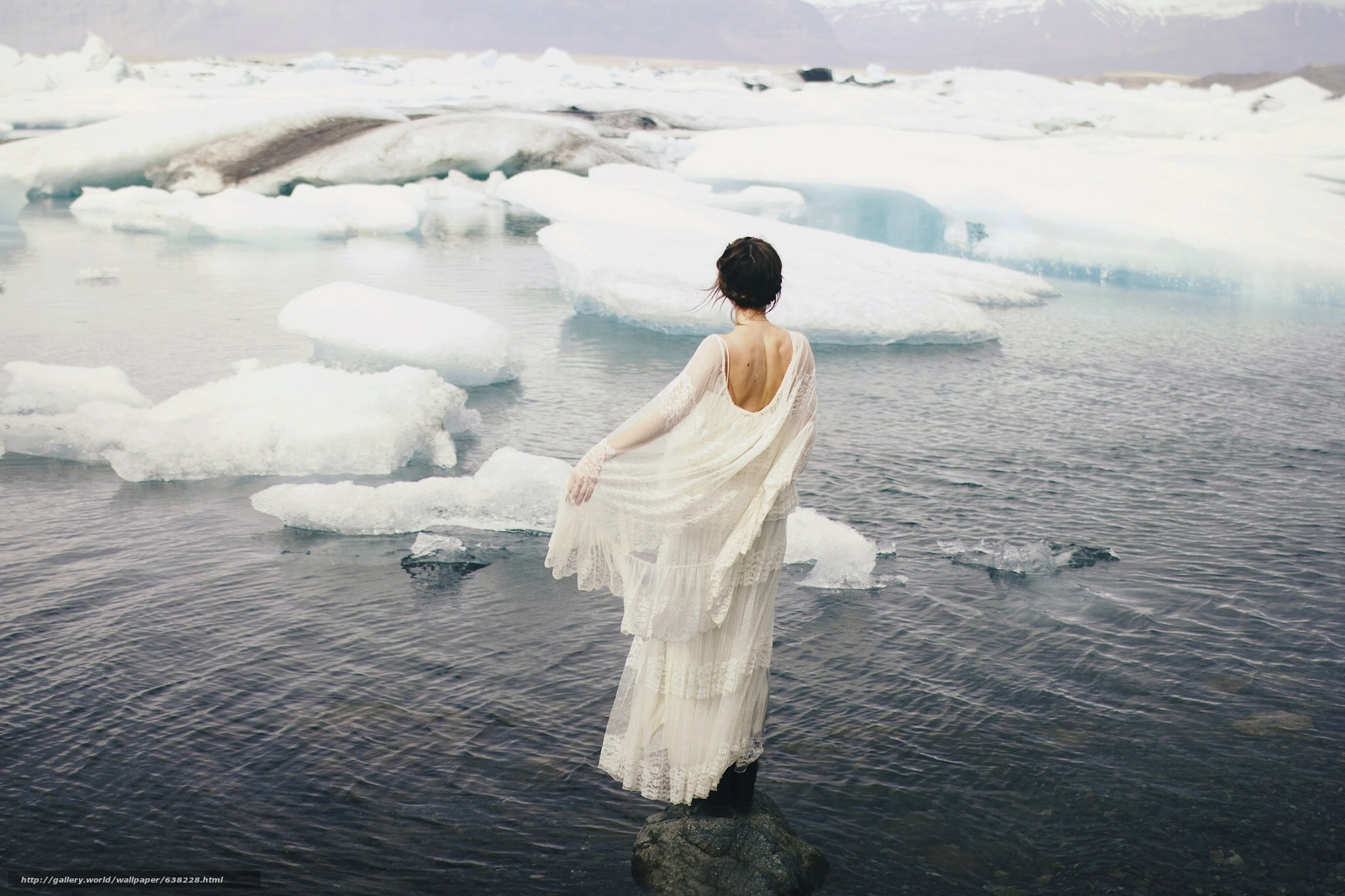 Скачать обои девушка,  платье,  льды,  море бесплатно для рабочего стола в разрешении 2048x1365 — картинка №638228