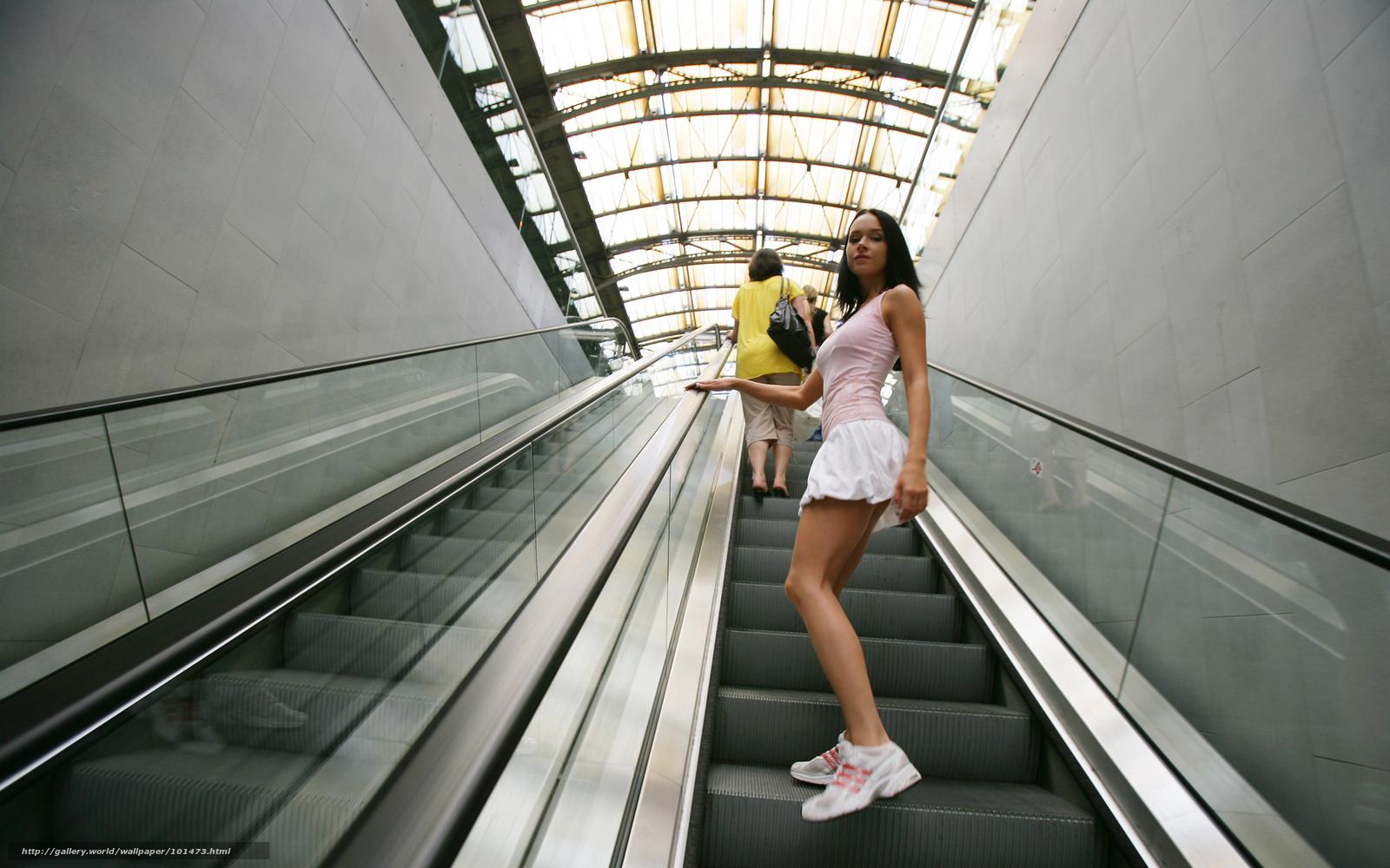 Посмотрел под юбку в метро 2 фотография