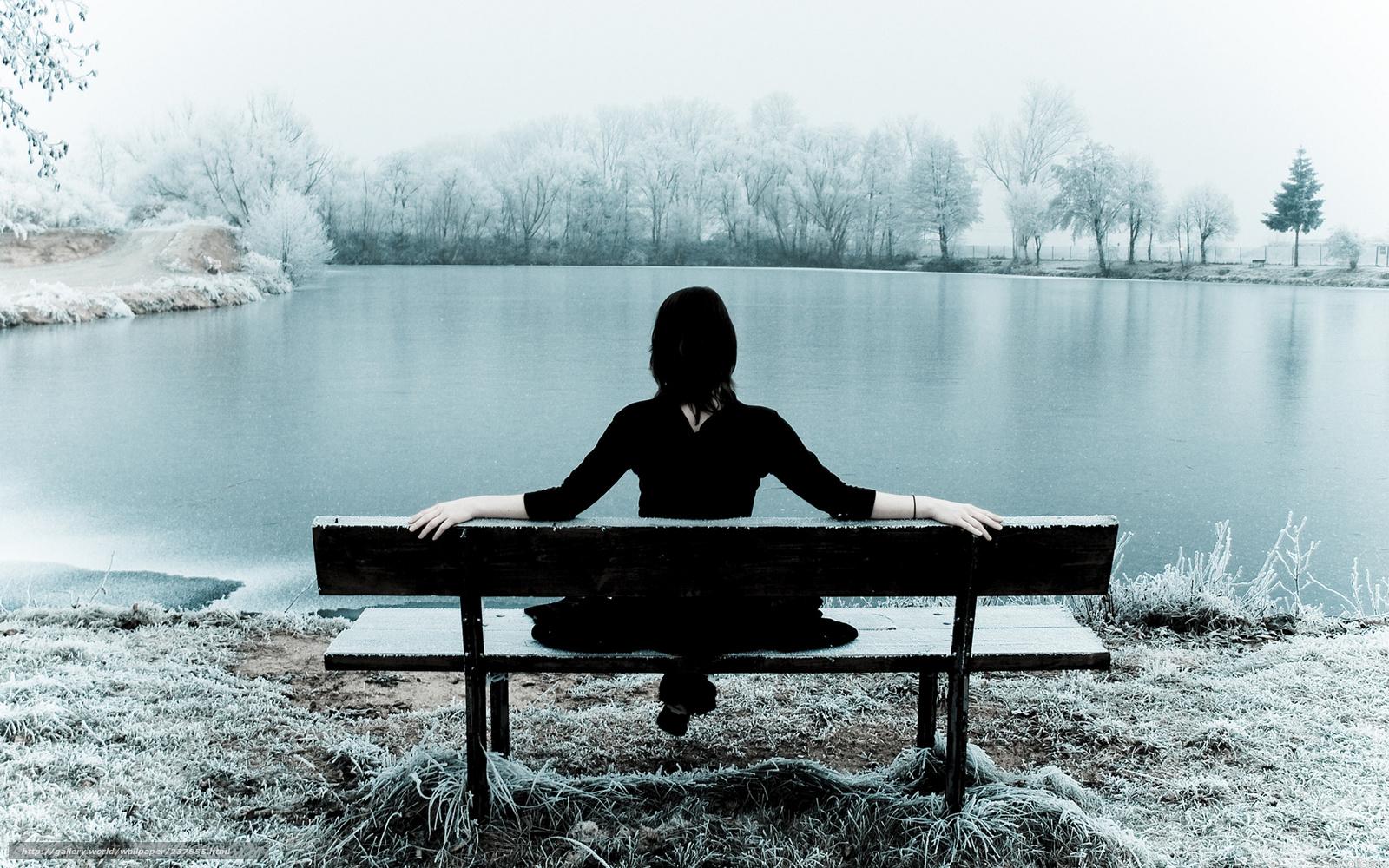 Фото девушка холодно одиноко сидит на лавочке 3 фотография