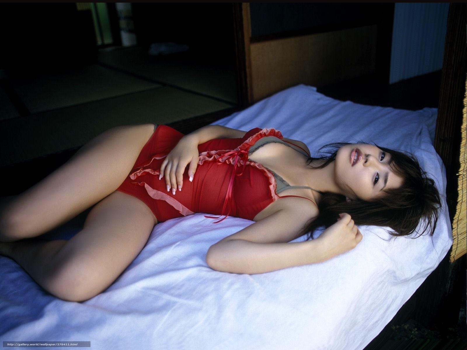 Девушка японка в постели фото