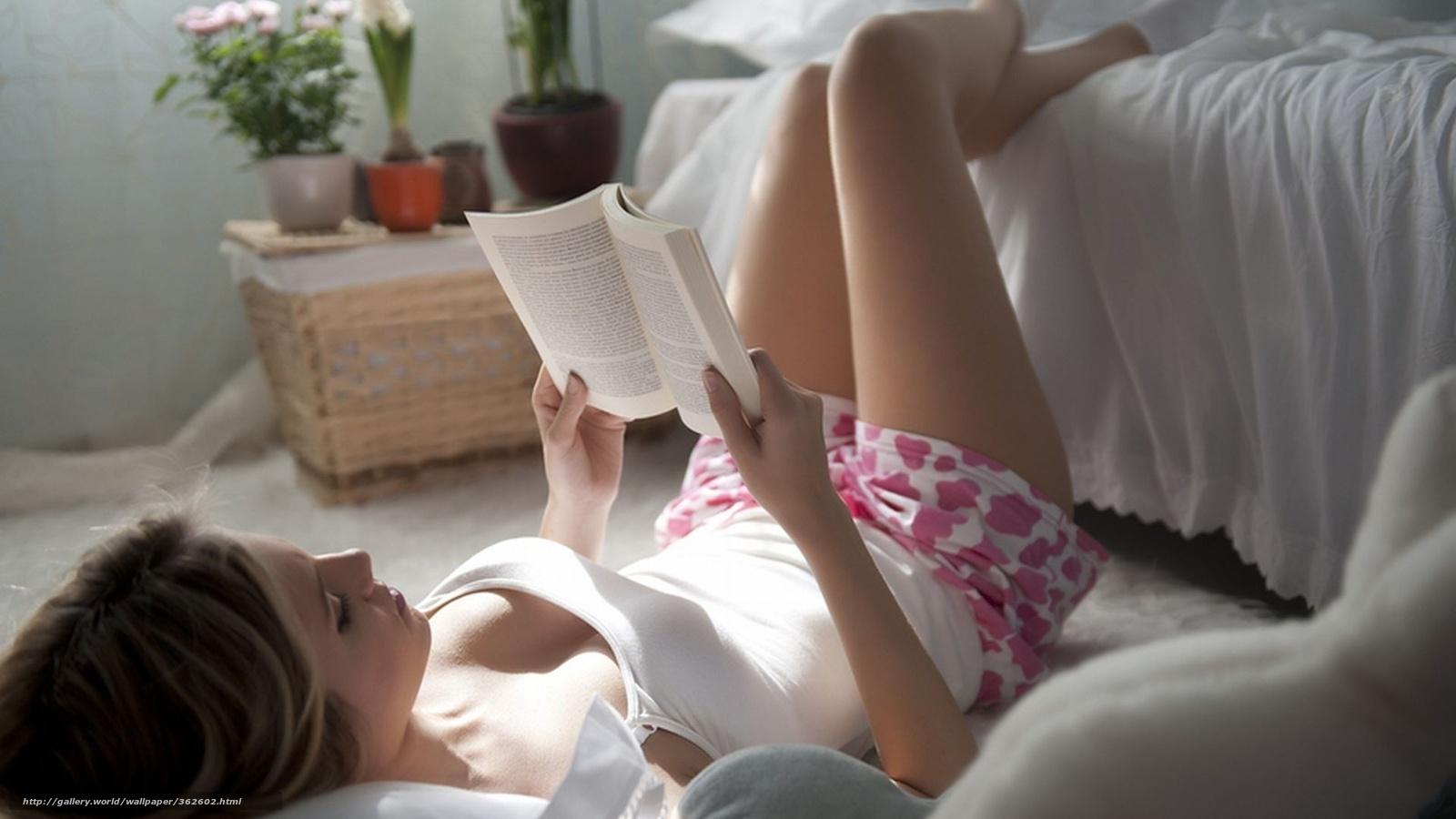 Фотография девушки в красной юбке лежащая на кровати с протезом ноги 23 фотография