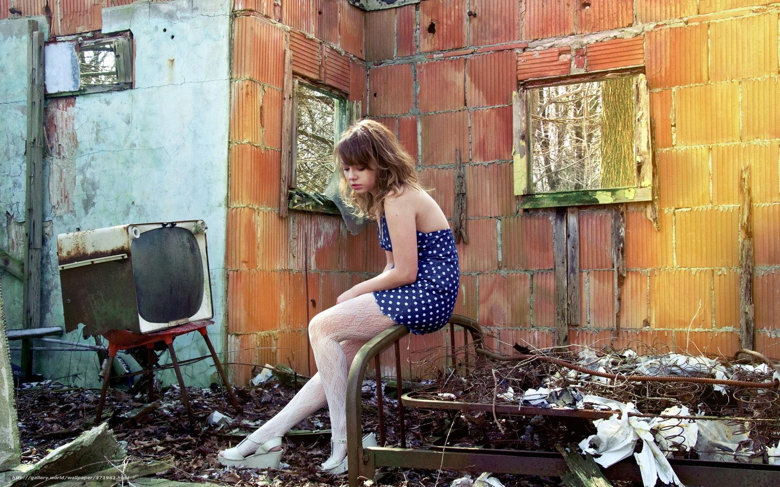 Фото девушки на фоне развалин