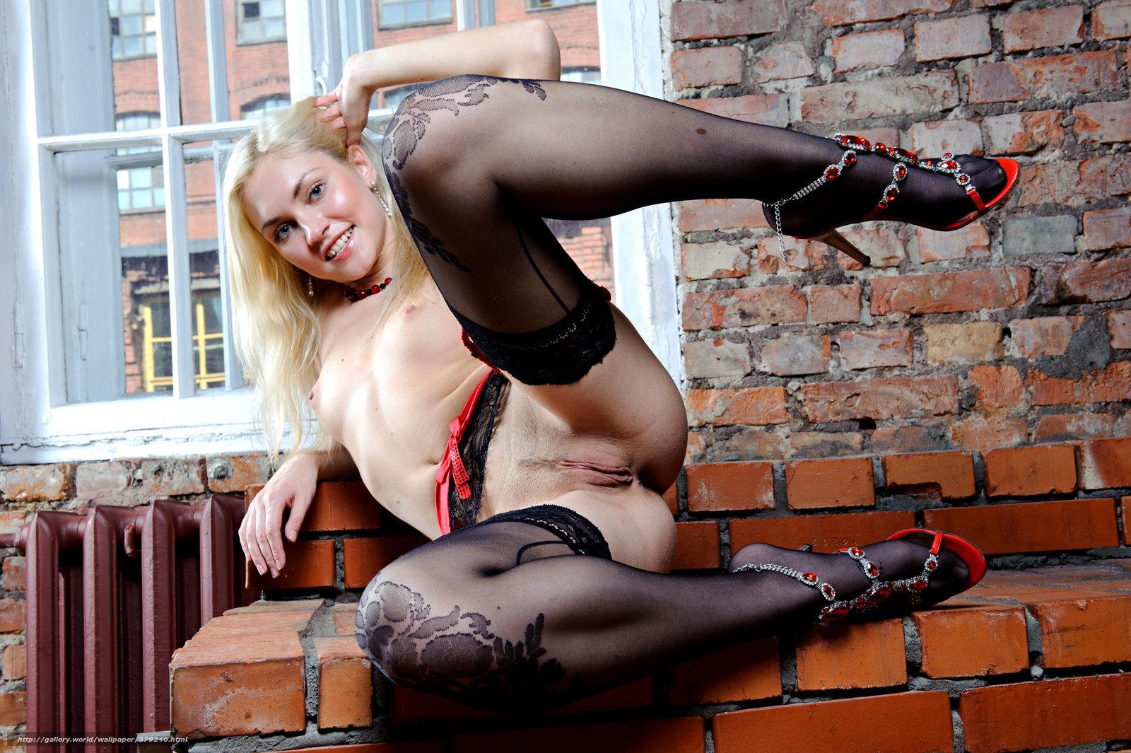 Голая блондинка в колготках