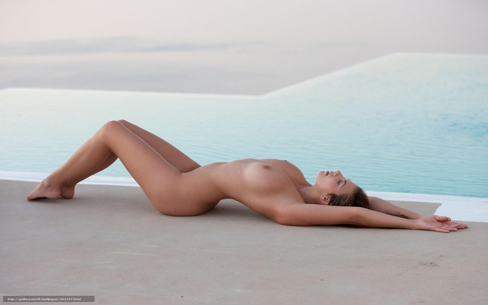 Тёлки с большими грудями в бассейне 9 фотография