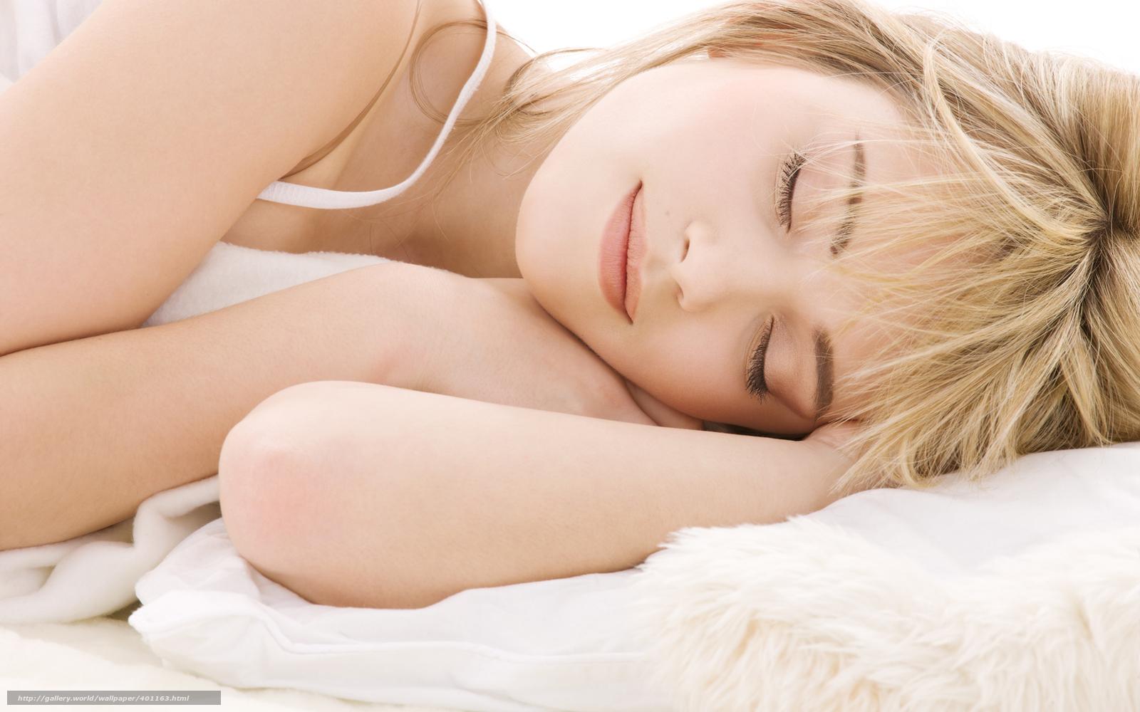 Приподнял одеяло спящей девушки 24 фотография