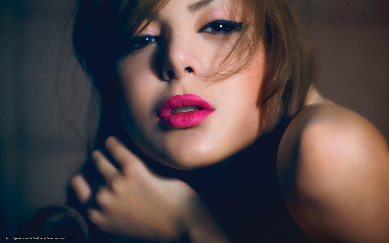 Фото брюнетка красит губы 16 фотография