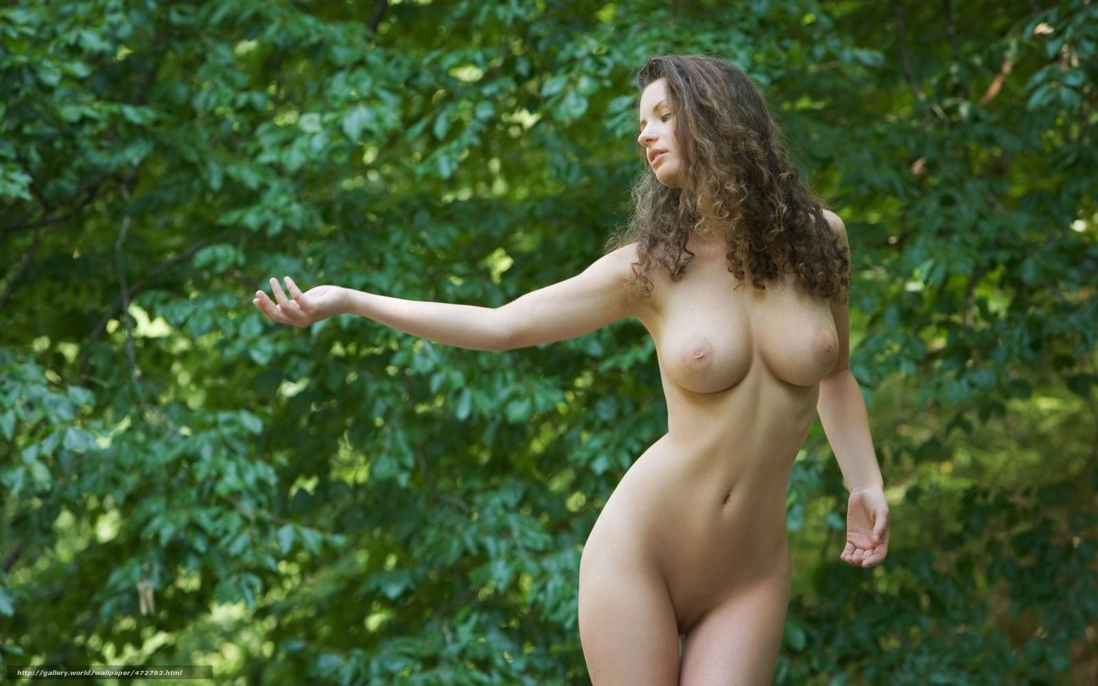 Фигуристая девица в масле позирует рядом с красивой машиной в лесу 5 фотография