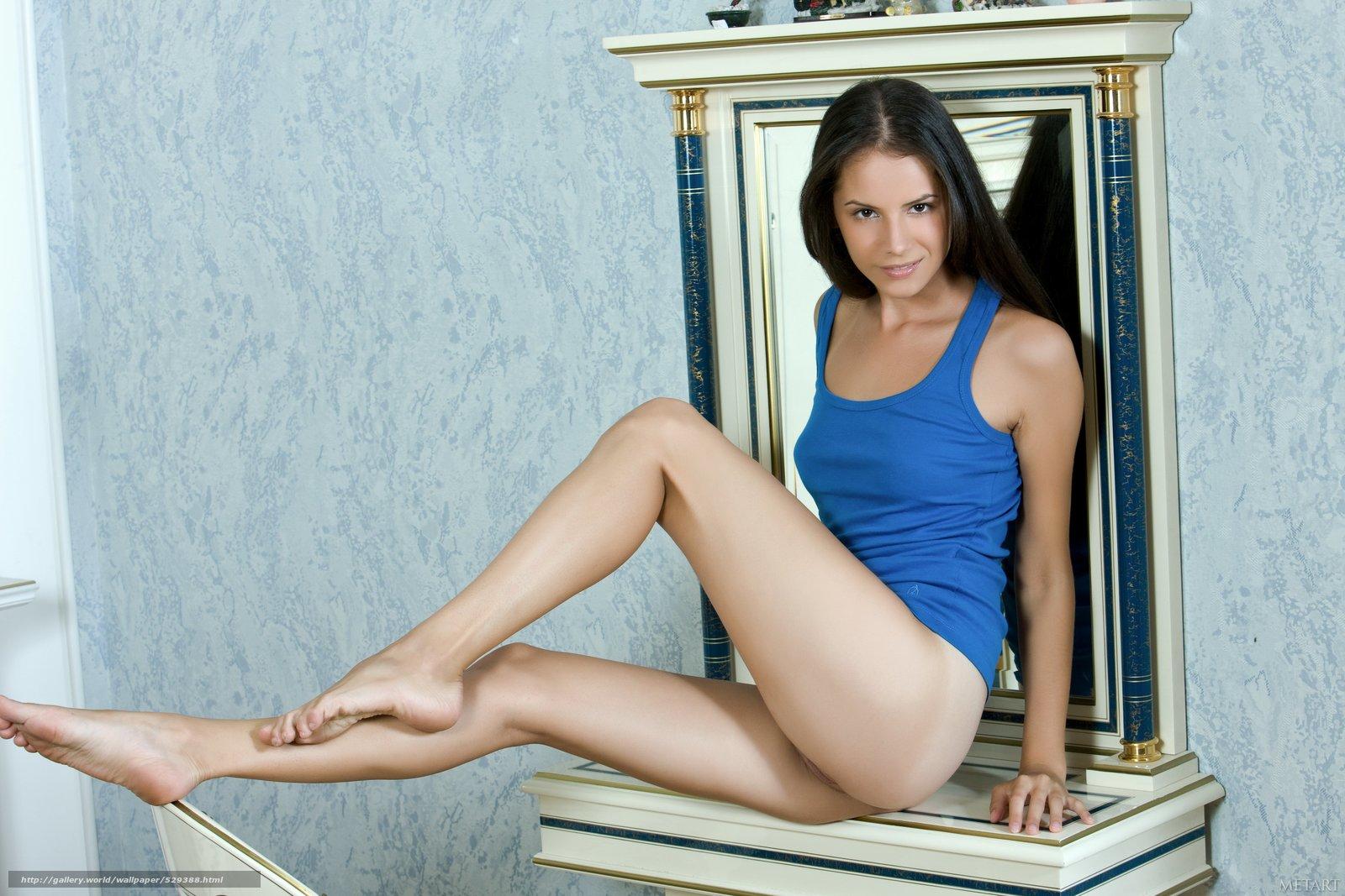 Расставив ноги перед зеркалом 29 фотография
