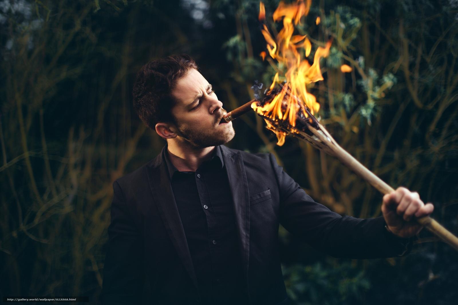 Скачать на телефон обои фото картинку на тему парень, сигара, щетина, факел, огонь, разширение 2880x1920
