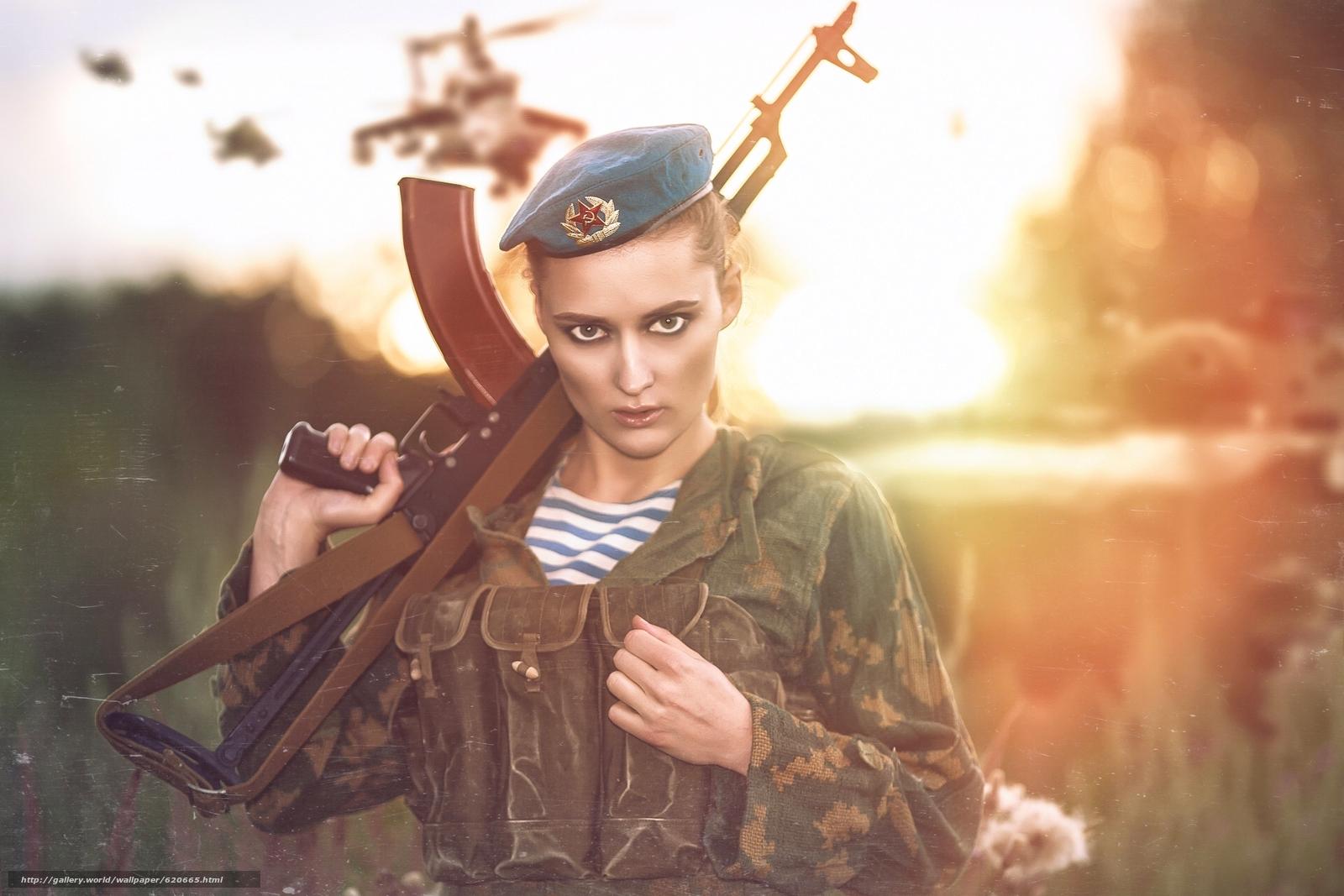 Скачать на телефон обои фото картинку на тему девушка, солдат, десантник, форма, берет, оружие, автомат Калашникова, автомат, АК, взгляд, разширение 1920x1280