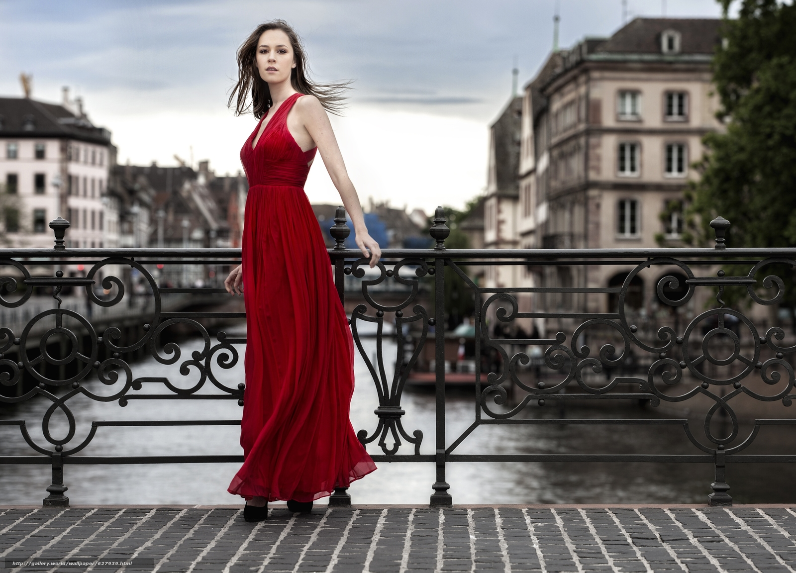 Скачать на телефон обои фото картинку на тему модель, красное платье, платье, стиль, мост, разширение 2777x2000