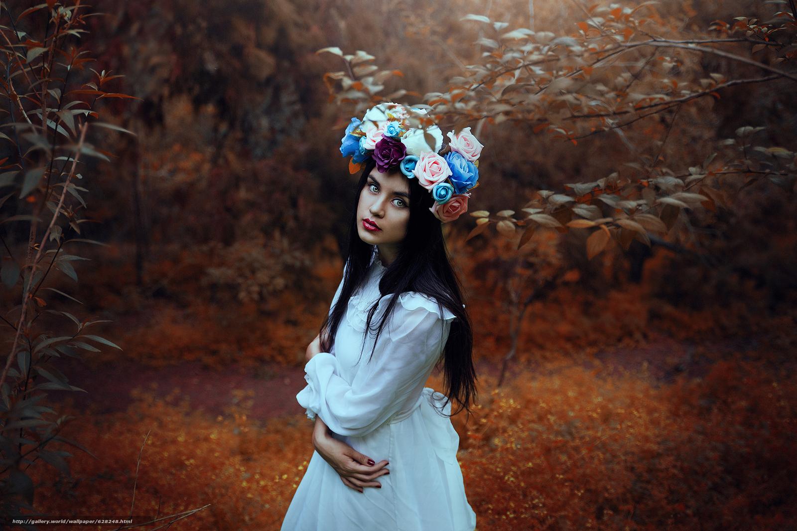 Скачать на телефон обои фото картинку на тему девушка, настроение, взгляд, венок, цветы, лес, разширение 2048x1365