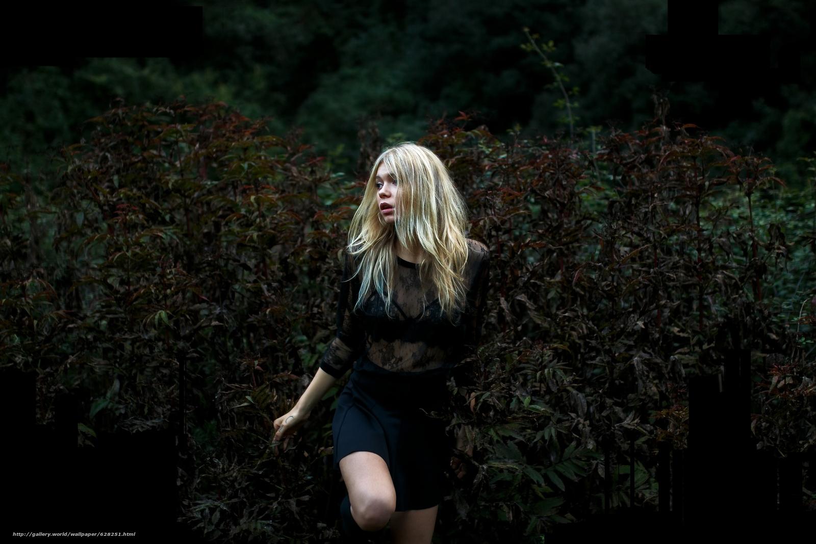 Скачать на телефон обои фото картинку на тему девушка, блондинка, настроение, кусты, разширение 5472x3648