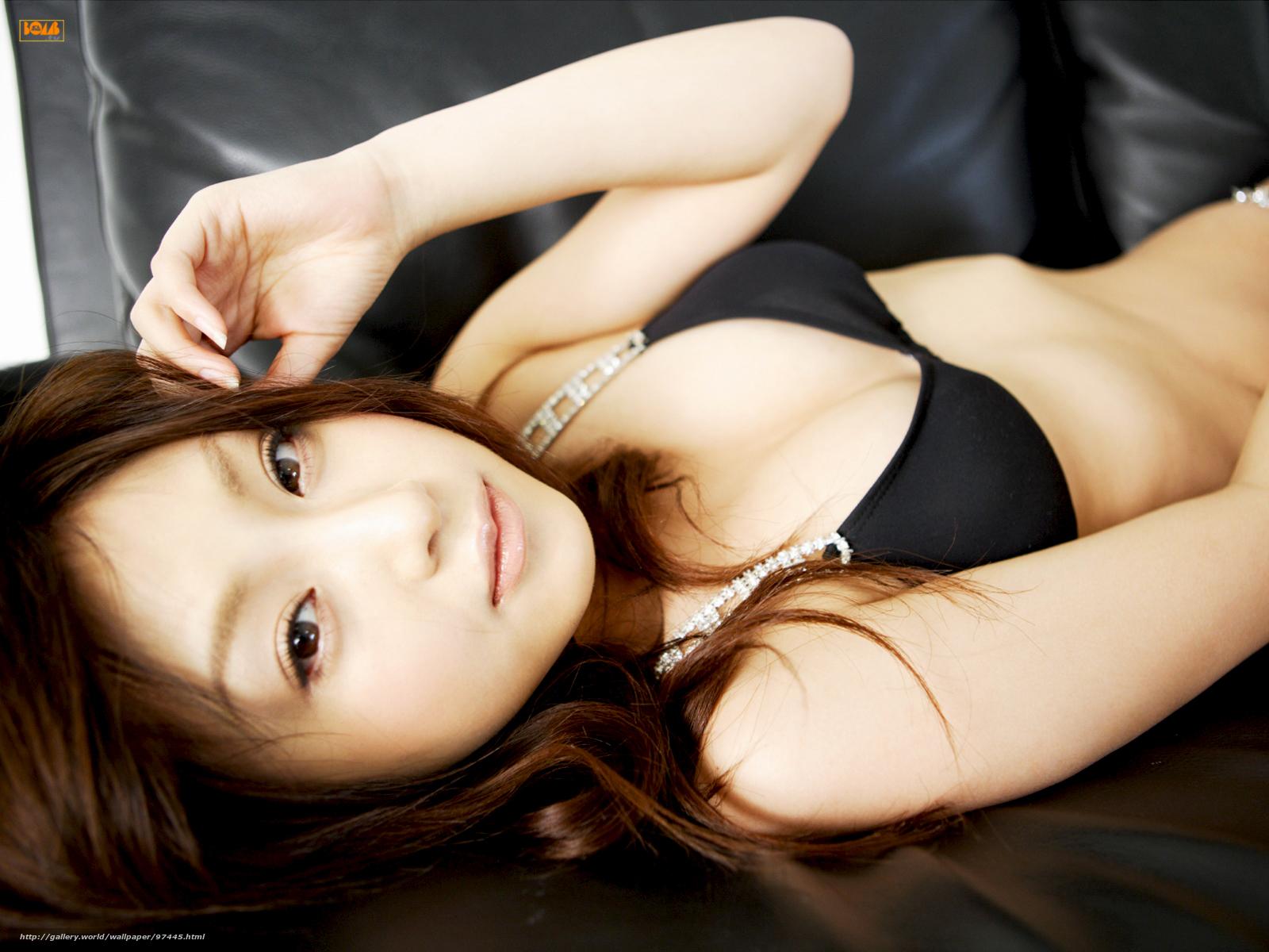 Японка в золотом бикини 17 фотография