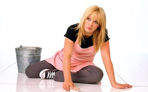 hillary daff, Hilary Duff, Movie Star, actress, blonde, bucket, brush, tile, sneakers, girl