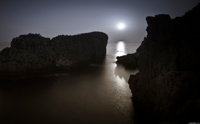 Night, rocks, sea