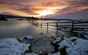 Зима,  река,  еще тонкий лёд