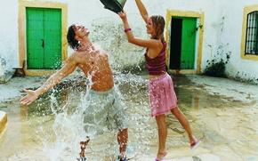 парень,  девушка,  ведро,  вода,  капли,  брызги,  улыбка,  смех