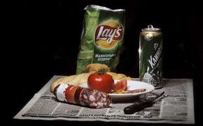 натюрморт, чипсы, колбаса, пиво, помидор, нож, газета, хлеб, еда