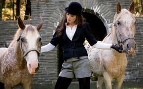 животные, лошади, лошадь, конь, кони, девушка, брюнетка, шляпа, шорты, шортики, макияж, черно-белый, черно-белая одежда, наездница, обои для рабочего стола, широкоформатные обои