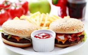 гамбургеры, соус, картофель фри
