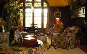 английский ретро стиль, кресла, фотографии в рамках, книги, окно, столик, зеркало