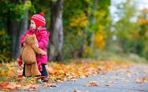 маленькая девочка, ребенок, дети, детство, деревья, дорога, плюшевого мишку, осень, одинокую