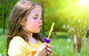 блондинка, девочка, симпатичная, играя, счастья, милые, красивые, пузыри, весна, природа, трава, деревья, цветы, ребенок, дети, детство