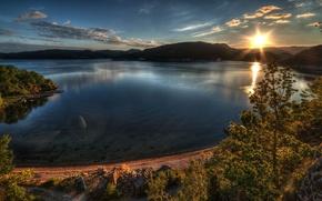 Montagnes, lac, coucher du soleil