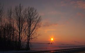 Зима, снег, вечер, оранжевый, закат, солнце, лучи, небо, облака, поле, деревья, дорога, трасса