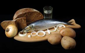 чёрный хлеб, луковица, кольца, селёдка, картошка, стакан, водка, доска