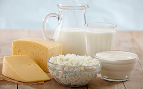 кувшин, стакан, чашки, творог, сметана, молоко, сыр, стол, аппетитно
