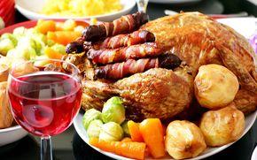 жареная курица, картофель, морковь, гарнир, бокал вина, колбаски, овощи, праздничный стол