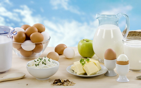 молоко, кувшин, творог, сыр, зелень, орешки, яйца, яблоко, хлеб, нож