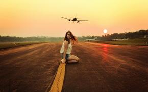 девушка, взлётная полоса, самолёты