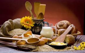 стол, зерно, колосья, тарелка, кувшин, цветы, хлеб, булочки, молоко, мешок, доска