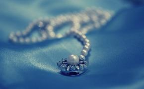настроения, макро, ожерелье, кулон, аксессуар, колье, цепочка, жемчуг, камень, камушек, блестит, сверкает, голубой фон, широкоформатные обои, красиво