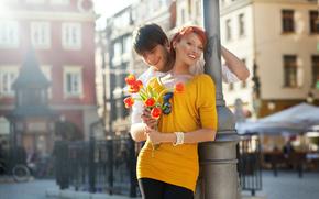 пара, девушка, рыжая, парень, смех, улыбка, цветы, тюльпаны, город, ограда, прикосновение, тёмные очки, велосипед