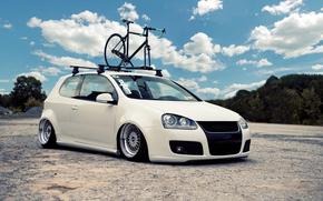 фольксваген, гольф, белый, тюнинг, заниженная подвеска, спортивный велосипед, небо, облака, Volkswagen
