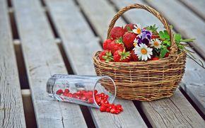 ягоды, клубника, земляника, корзина, цветы, ромашки, анютины глазки, стакан