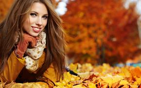 девушка, шатенка, взгляд, улыбка, пальто, перчатка, шарфик, осень, листья, ветерок