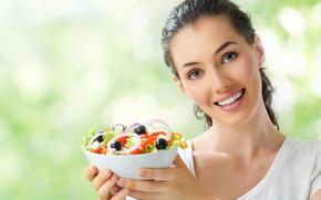 girl, brunette, plate, fork, salad, vegetables, charm, cucumbers, olives, onion, cheese, tomatoes, Mike, smile, bokeh, brown-eyed, view