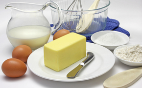 продукты, тарелки, масло, нож, яйца, кувшин, молоко, мука, лопаточка