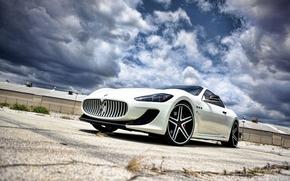 Maserati, granturizmo, bianco, Vista dal basso, asfalto, crepa, erba, cespuglio, recinto, edificio, Maserati