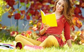 шатенка, девушка, тетрадь, книга, желтая, читает, осень, листья, трава