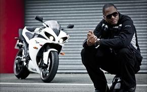 мужчина, певец, мотоцикл, шлем, сидя, куртка