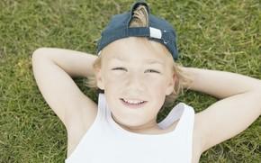 настроения, дети, мальчик, блондин, кепка, улыбка, радость, трава, зелень, растение, фон. обои