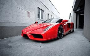 феррари, энцо, красный, вид спереди, переулок, здание, окна, небо, Ferrari